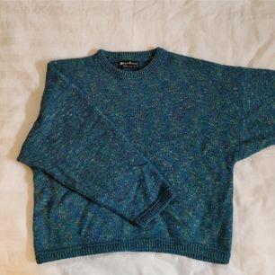 Stickad blå/grön tröja strl S, men oversize så passar medium. Använd men i väldigt fint skick!! Obs!! har en mer lysande färg i verkligheten än på bild.