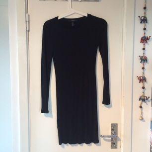 Festlig svart tight klänning. Bara skriv om du vill ha fler bilder! Knappt använd, billig frakt tillkommer  Kolla gärna på det andra jag säljer :)
