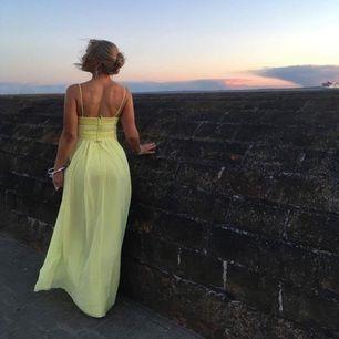 🍋 Min underbara citrongula balklänning inköpt för 3000 med avtagbara axelband. Såklart lite sliten nere vid kanten av klänningen men inget som syns tydligt. Jag är 157 cm lång med c-kupa. 🍋