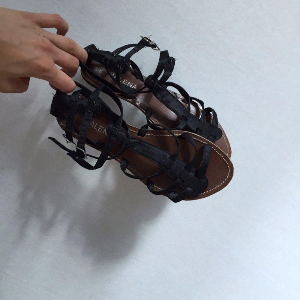 Svarta sandaler med brun sula. Köpta på marknad i Rom, Italien. Använda ganska lite. Skor.