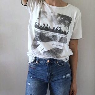 T-shirt med tufft tryck och sicksackade ärmar