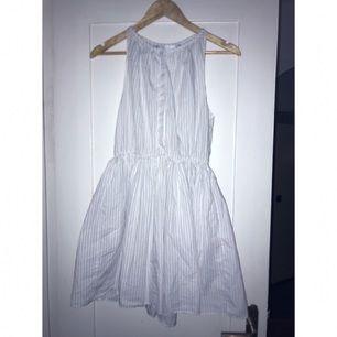 〰 Randig sommarklänning med knäppning framtill 〰 Fickor  〰 Från Zara   Mycket sparsamt använd pga jag har galet mycket kläder