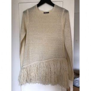 〰 Stickad långärmad tröja 〰 Franskjol som mudd  Sjukt cool, blir aldrig använd. Kan användas som tunika eller topp.