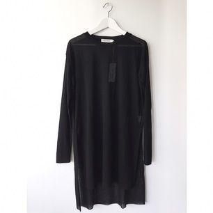 Klänning/lång tröja från Carin Wester. Aldrig använd, borttappat kvitto och kunde ej byta storlek 😭 Passar både S och M i storlek. Transparent tyg. (inköpt för 249kr)