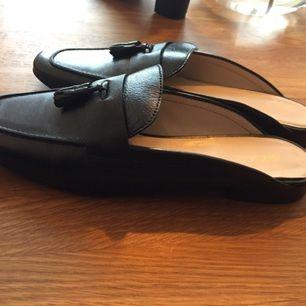 Svarta läder-slippers från ASOS. Storlek 40 men små i storleken så skulle säga 39. Tyvärr för små för mig därför aldrig använda ❣️
