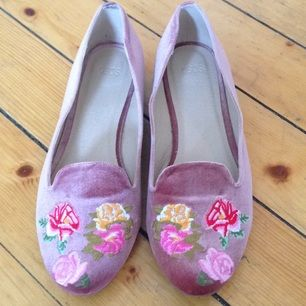 I princip oanvända skor i rosa sammet o blommönster från asos. Inköpta förra våren.