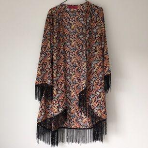 b62a656d9c68 Härlig bohemisk kimono från boohoo. Knappt använd. Dock några av fransarna  lite känsliga,