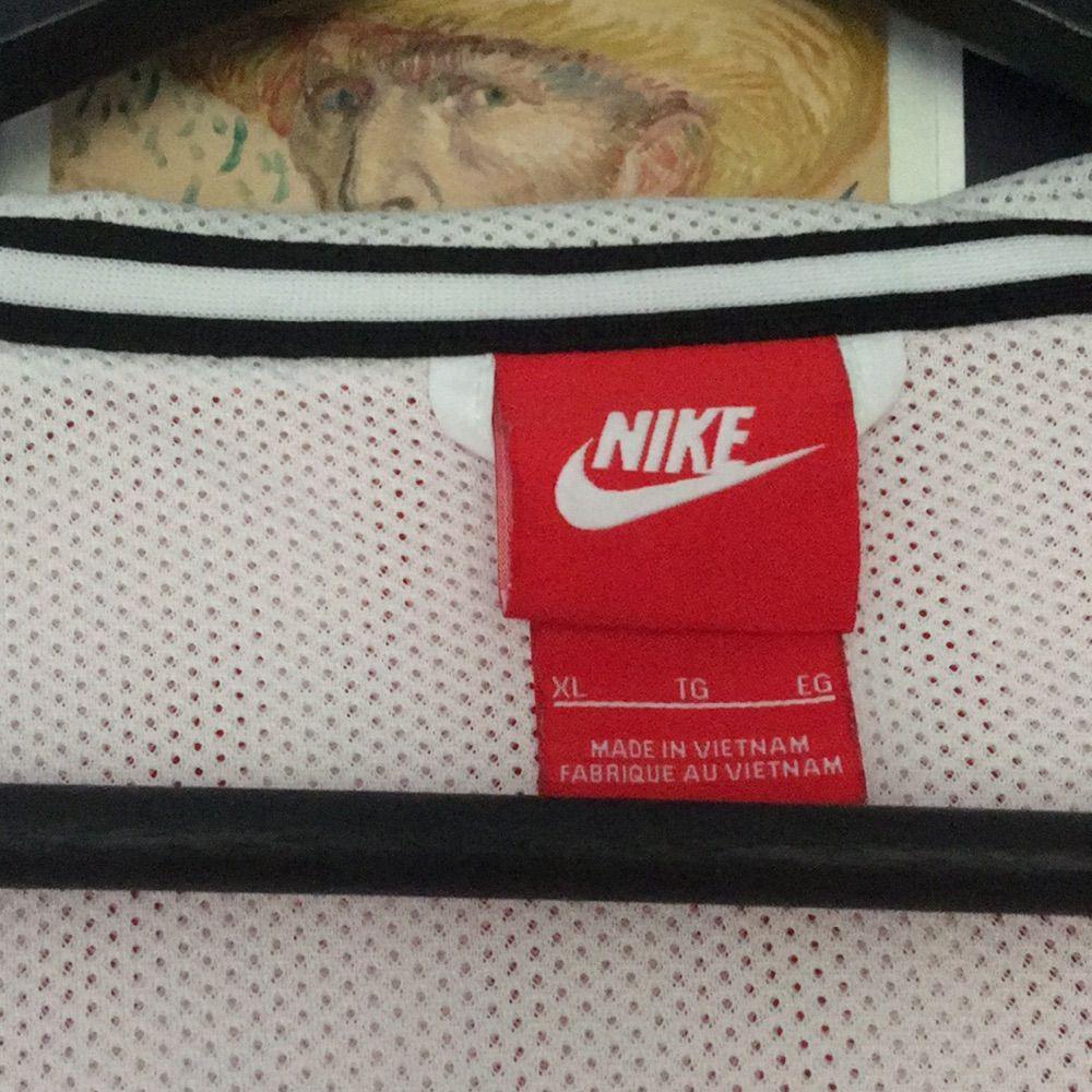 Fet jacka från Nike!! Lite småfläckar längst ned men annars i bra skick! Supertuff och bra inför hösten men ok vindskydd. Säljer för att göra plats för nya jackor i garderoben. Jackor.
