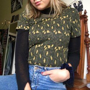 Snyggt kamouflagemönstad t-shirt från Weekday! Asbra skick också, kap!!