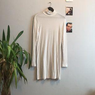 En klänning från weekday med polokrage. Slapp passform och i väldigt gott skick!