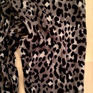 Snygga leopardmönstrade tights från Gina Tricot. Sparsamt använda