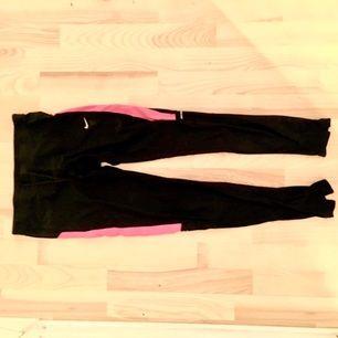 Nike löpar/yoga tights med rosa detaljer på sidorna. Sitter som ett smäck👌🏽