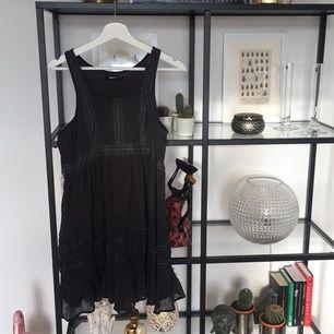 Supersöt mörkgrå klänning