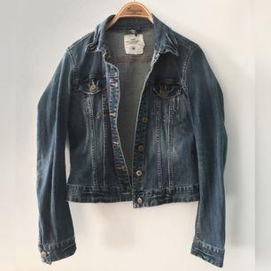 Figursydd jeansjacka från L.O.G.G. H&M. Bra skick, nästan inte använd alls. Passar 36/38 skulle jag säga.