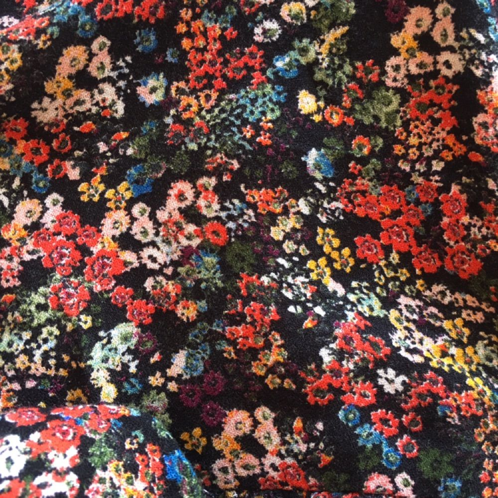 Jättefin blommig höstklänning med volangdetaljer. Den är köpt på Zara i Barcelona förra hösten. Använd några gånger men i fint skick, säljer pga att den är för kort för mig. Skulle säga att den sitter som en liten medium alt en stor small. På sista bilden kan ni se att gummibandet man knäpper knappen med har lossnat men det går lätt att fixa. . Klänningar.