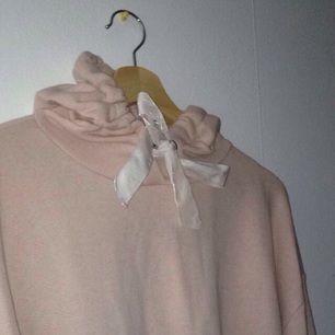 Fin rosa hoodie med vita sammet band💕 Aldrig använd, prislapp kvar💕 nypris 150kr💕