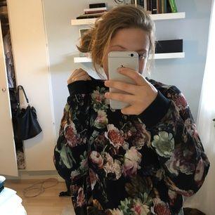 Jättemysig sweatshirt från Monki. Säljs för att garderoben svämmar över. Använd fåtal gånger. Kan skickas eller mötas upp i Sthlm eller Södertälje🌷