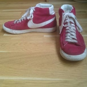 Nikesneakers i röd mocka