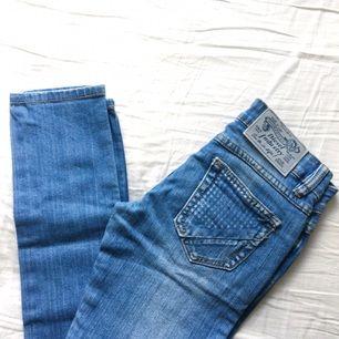 Använda ett fåtal gånger. Jättesnygga jeans som verkligen formar rumpa och lår! Har varit bland mina favoritbyxor då de sitter så snyggt. Men använde dem inte länge då jag gick upp i vikt och slutade använda dem! 🌹 60 kr frakt