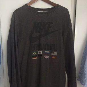Grå Nike tjocktröja i strl  XL.