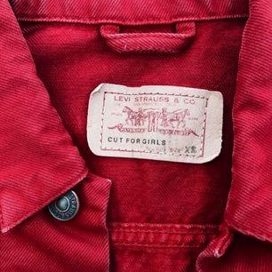 Skitsnygg röd jeansjacka från LEVI'S! Favoritjackan säljes då den blivit för liten (Jag har storlek S) :( perfekt skick! FRI FRAKT! Fråga på om du undrar något (mått, mötas upp osv.) Möjlighet till sänkt pris vid köp av flera plagg (stor garderobsrensning på G!!)