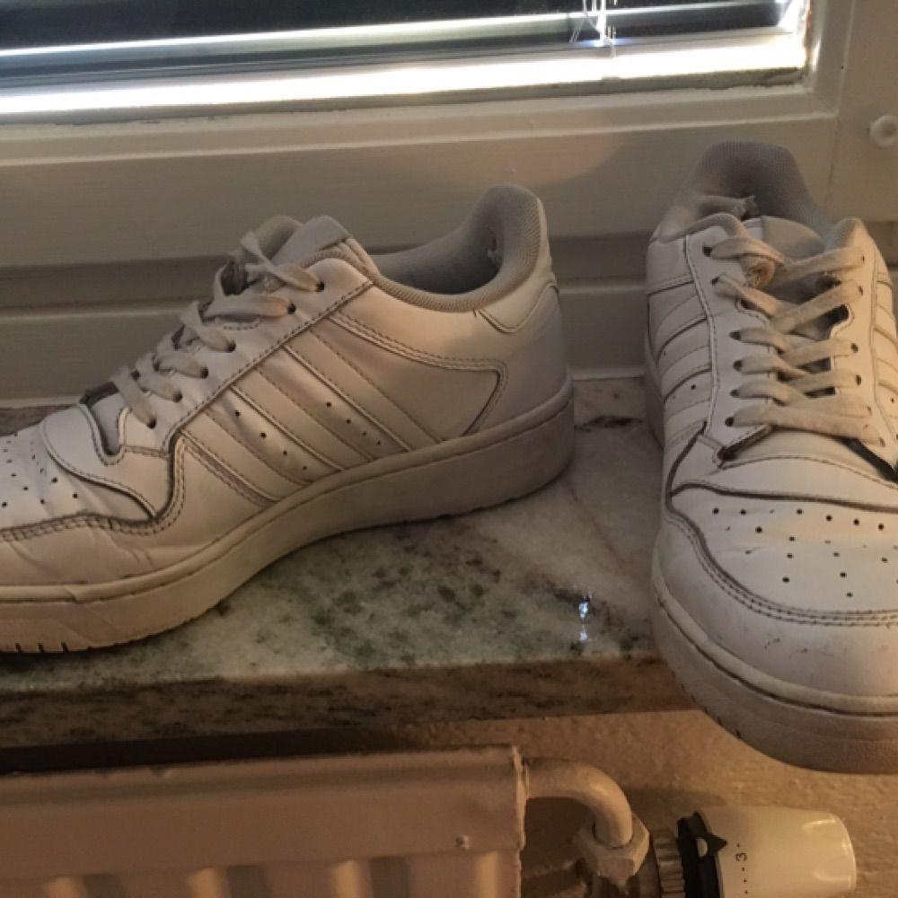 1d6e6d0b1cab Godt slidte hvide adidas! Slidte hæle og små revner i læder. Ellers hele og  ...