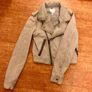 Stentvättad jeansjacka från Monki i mc-modell.