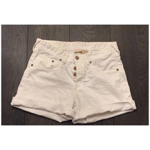 Vita shorts från HM Conscious. Storlek 34 men tycker dom sitter som storlek 38. Endast testade