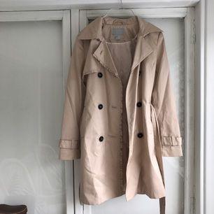 Helt oanvänd trench coat ifrån H&M - nypris var runt 400kr, säljer nu för 100kr + frakt!