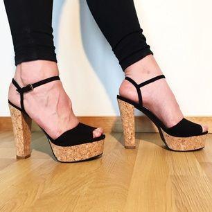 Sandaletter med kork klack på 13 centimer i storlek 39 från NLY Shoes säljes för 50kr, frakt tillkommer. Betalning sker via swish.