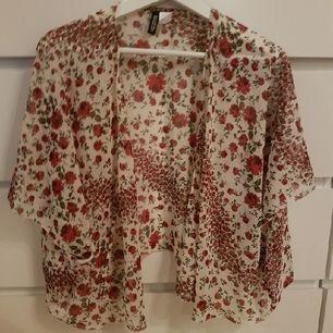 Kort kimono men fina blommor. Använd fåtal gånger. Tar endast swish.