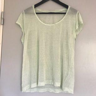 Fin tunn t-shirt i ljusgrön nyans. Använd endast ett fåtal gånger.    Kan levereras till Stockholm.
