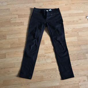 Sparsamt använda svarta jeans från monki med dragkedjsfickor framtill  Kan levereras till Stockholm