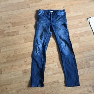 Blå jeans i fint skick från Monki  Kan levereras till Stockholm