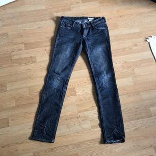 Blå jeans i fint skick från H&M  Kan levereras till Stockholm