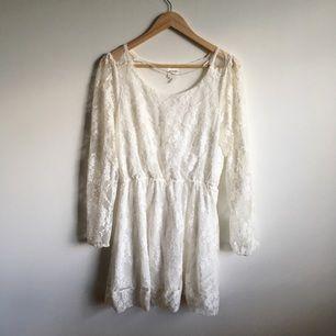Vit spetsklänning med resår i midjan från Monki. Välanvänd men i gott skick. Storlek medium. Kan mötas i Gävle eller skickas mot betalning av frakt. Swish is queen 🌪