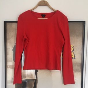 KNALLRÖD långärmad och ribbad tröja från Monki.  Endast provad! Superfin klar färg och skönt material. 🍓🍓