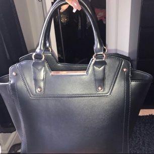 Säljer min söta väska som tyvärr inte har kommit till användning..