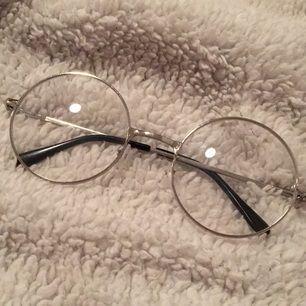 Glasögonen är ganska stora mig men skulle passa ngn runt 16-20 år. Själva glasen är transparenta.
