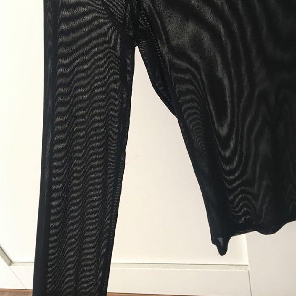 Oanvänd tröja köpt på Nelly, transparent snygg med en spetstopp under! . Toppar.