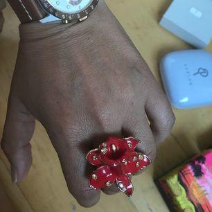 Versace ring st L ( 18) Hämta i Majorna Mötas - Göteborg  Betala - Swish eller kontant Skicka - Köparen står för frakt Villkor - Endast seriösa köpare