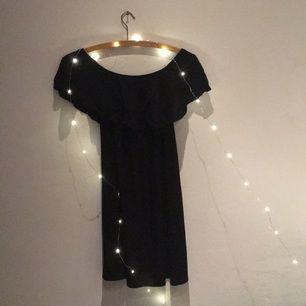 Singoalla-klänning från Bershka. Stretchigt tyg vid axlarna så att man kan ha den båda nedanför och som vanligt på axlarna. Frakt tillkommer🤓
