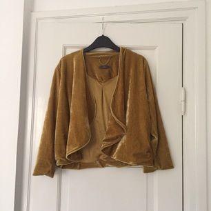 Guld/gulaktig tröja i sammet. Använd ett fåtal ggr.
