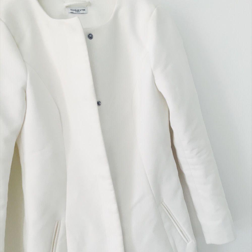 Fin vit kappa köpt på Nelly, kommer tyvärr inte till användning! . Jackor.