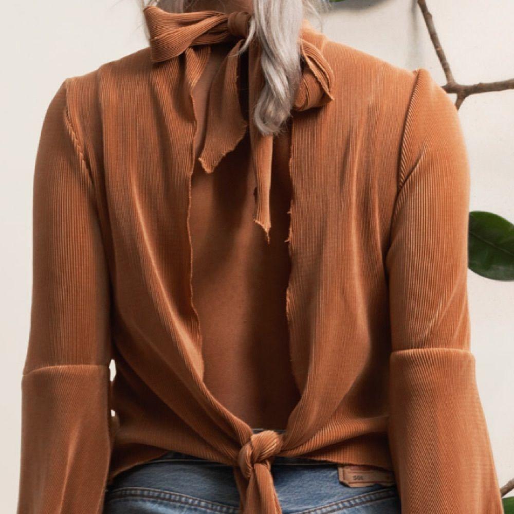 Tröja från Aeryne med öppen rygg, använd en gång nu hänger den bara i garderoben. Nypris 400kr  Köparen står för frakten. Skjortor.
