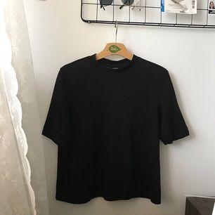 T-shirt med liten polokrage från Monki som är lite genomskinlig. Använd ett fåtal gånger. Kan frakta men ser helst att köparen kan mötas upp i Stockholm 🌹