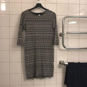 Superfin klänning köpt på en liten butik i London!   Använd 3 gånger och vill nu att den passas vidare!  Riktigt stretch material så passar mellan 36-40 (S-L)   100kr!