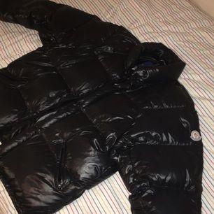 Säljer min fina Moncler jacka då jag inte har användning för den! Kan mötas upp i Stockholm