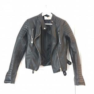 Moto jacket Black. Svart skinnjacka använt 2-3 ggr nypris 699:-
