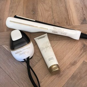 plattången har ett jämnt flöde av ånga och tillsammans med L'Oréal Professionnels speciellt framtagna hårvårdsprodukter ger den ett platt hår enkelt och smidigt, med hållbar effekt. Den anodiserade beläggningen på plattorna ger ett skydd mot repor och erbjuder då optimal glans, och de dubbla plattorna ger ett likformigt tryck oavsett hårslingans tjocklek. Den löstagbara kammen hjälper till att sprida ut håret över plattan för maximalt resultat - för ett fantastiskt, glänsande och platt hår!